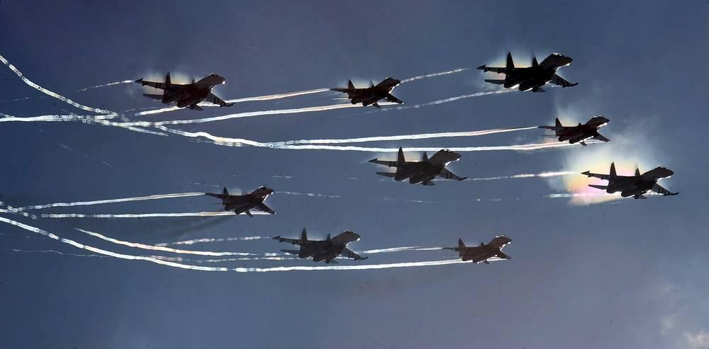 """Пилотажные группы """"Русские витязи"""" и """"Стрижи"""" - желанные гости на крупнейших авиационных выставках и праздниках по всему миру. В год они проводят до 50 показательных выступлений"""