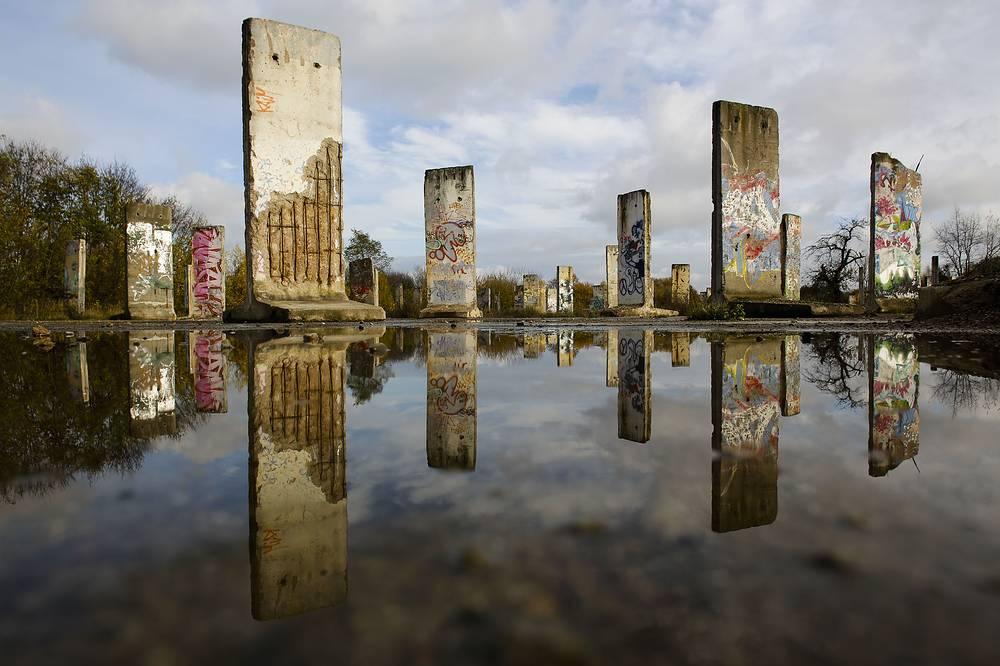 Фрагменты Берлинской стены, выставленные на продажу в городе Тельтов недалеко от столицы Германии, 2013 год
