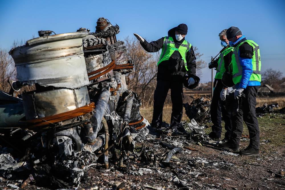 """Следователи из Нидерландов 6 ноября приступили к сбору обломков на месте крушения пассажирского самолета """"Малайзийских авиалиний"""" Boeing 777 под Донецком"""