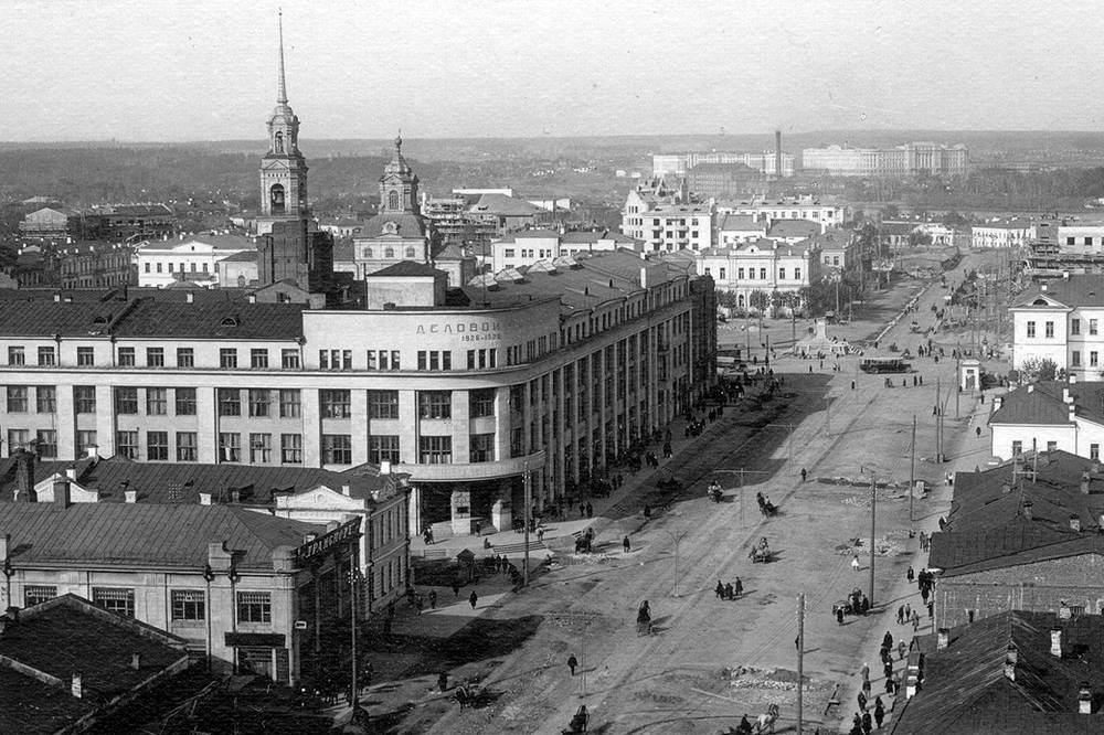 Строительство первых трамвайных путей. Улица 8 Марта. Лето 1929 года