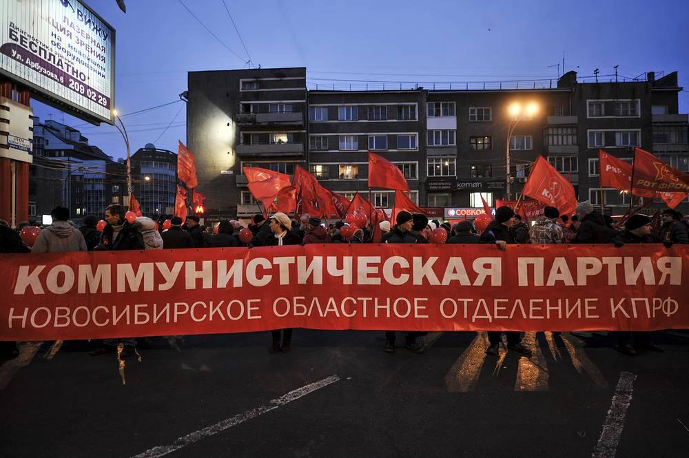 Участники торжественного шествия в честь 97-й годовщины Октябрьской революции в Новосибирске прошли по маршруту от Дома офицеров до площади Ленина по Красному проспекту