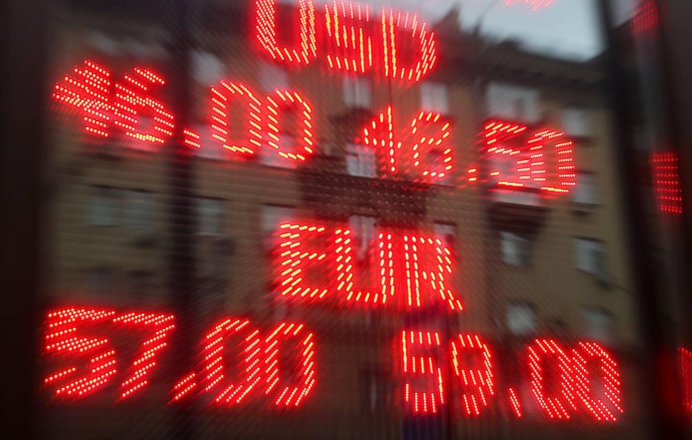 В течение пятницы 7 ноября доллар достигал нового рекордного максимума, расположенного на отметке 48,64 руб., а евро поднимался до рекорда - 60,27 руб. Во второй половине дня рубль перешел от существенного ослабления к росту на слухах о проведении ЦБ РФ экстренного совещания и дополнительных интервенциях