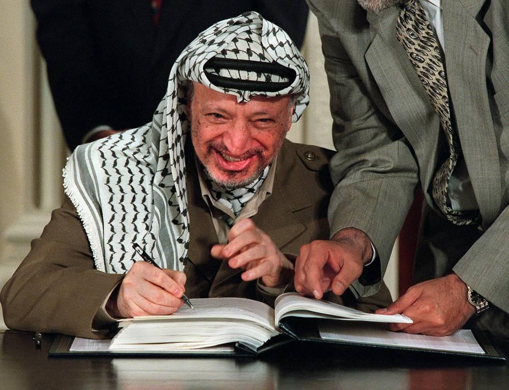 За Декларацией о принципах последовало подписание нескольких временных палестино-израильских соглашений, в которых согласовывались условия сосуществования израильтян и палестинцев до подписания окончательного мирного договора. Но этого так и не случилось. На фото:  Ясир Арафат подписывает очередные соглашения в Вашингтоне,1995 год
