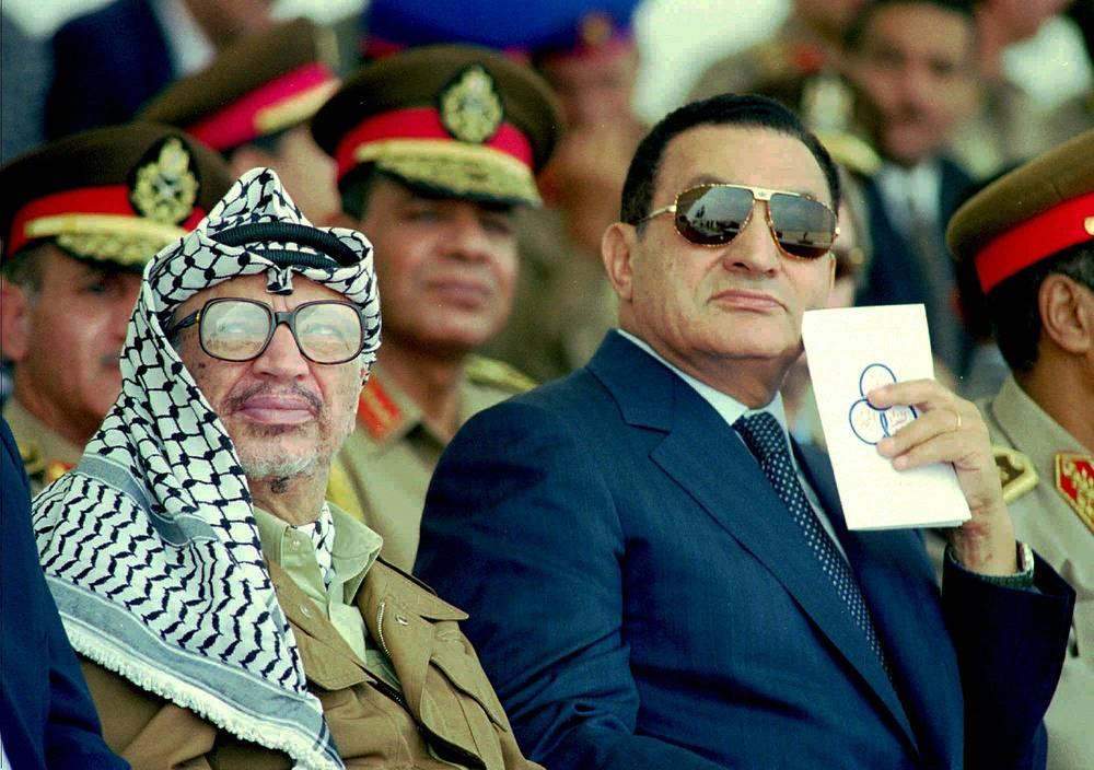 Египет первым среди арабских стран заключил мир с Израилем, в дальнейшем египетские политики и лично президент Хосни Мубарак нередко выполняли посредническую миссию в переговорах между палестинцами и израильтянами, а позднее пытались мирить ФАТХ и ХАМАС. На фото: Арафат и Мубарак, 1996 год