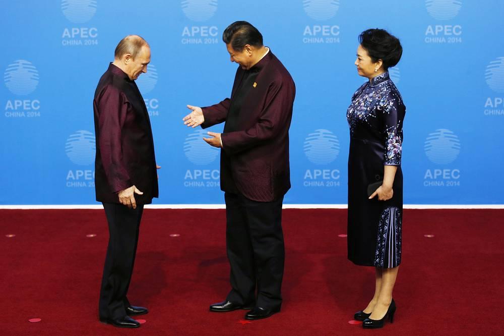 Президент РФ Владимир Путин приветствует председателя КНР Си Цзиньпина перед торжественным ужином в честь лидеров АТЭС