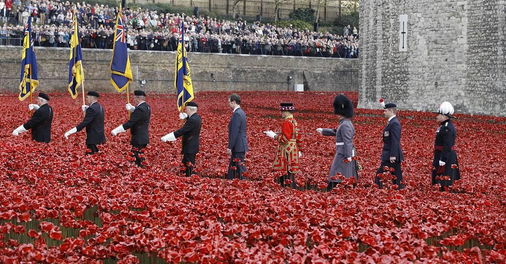 """Инсталляция """"Окровавленные земли и алые моря"""" в память о каждом солдате, погибшем под флагом Британии в Первой мировой войне. 11 ноября был высажен последний цветок"""