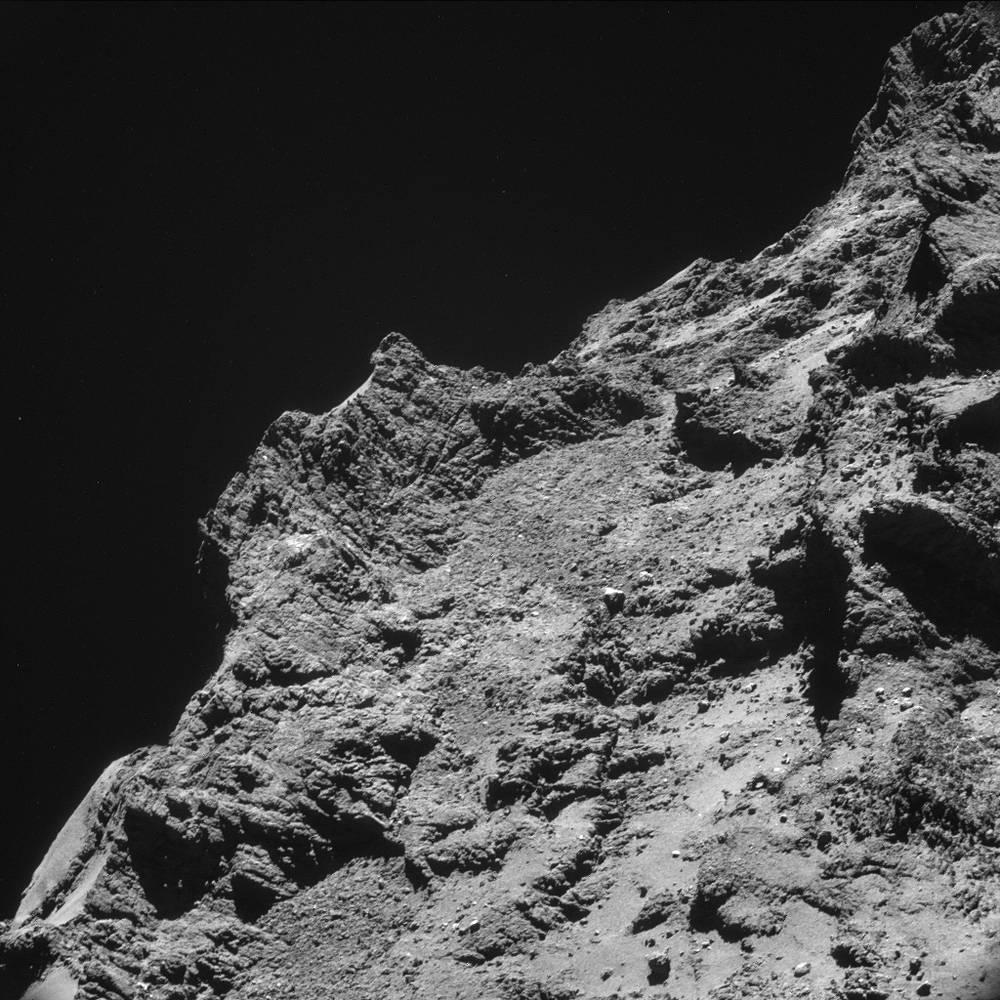 Плоские вершины плато, сфотографированные на расстоянии 9,8 км от центра кометы