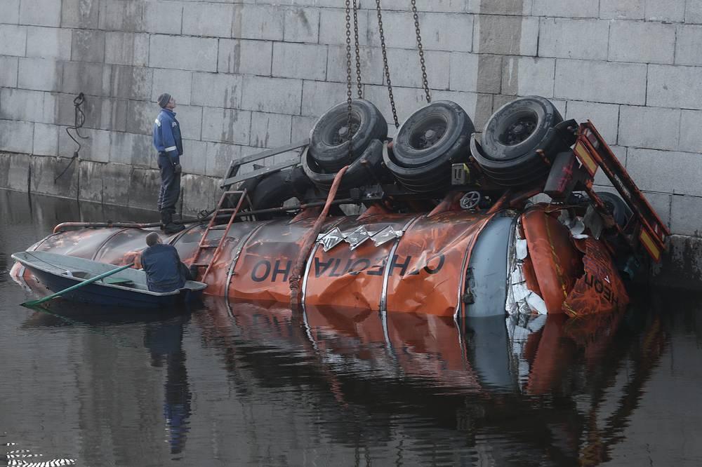 Бензовоз с 28 тоннами мазута упал в Обводный канал в центре Петербурга, 10 ноября