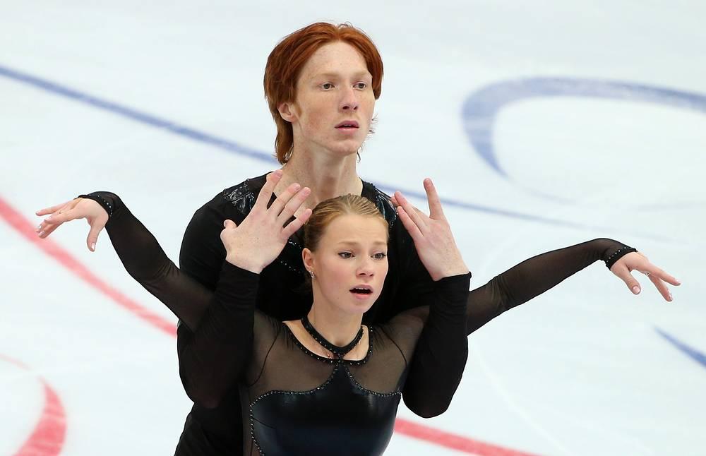 Российские фигуристы Евгения Тарасова и Владимир Морозов во время выступления в короткой программе