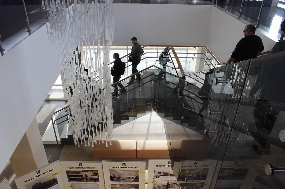 Лестница с первого на второй этаж театра