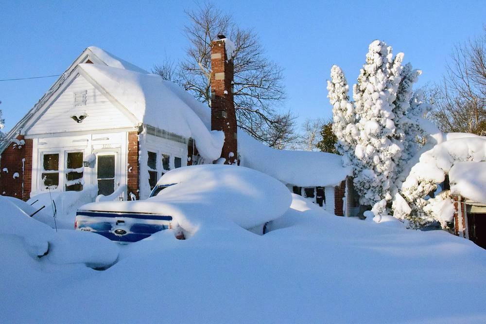 Заваленные снегом дома к югу от города Буффало, штат Нью-Йорк