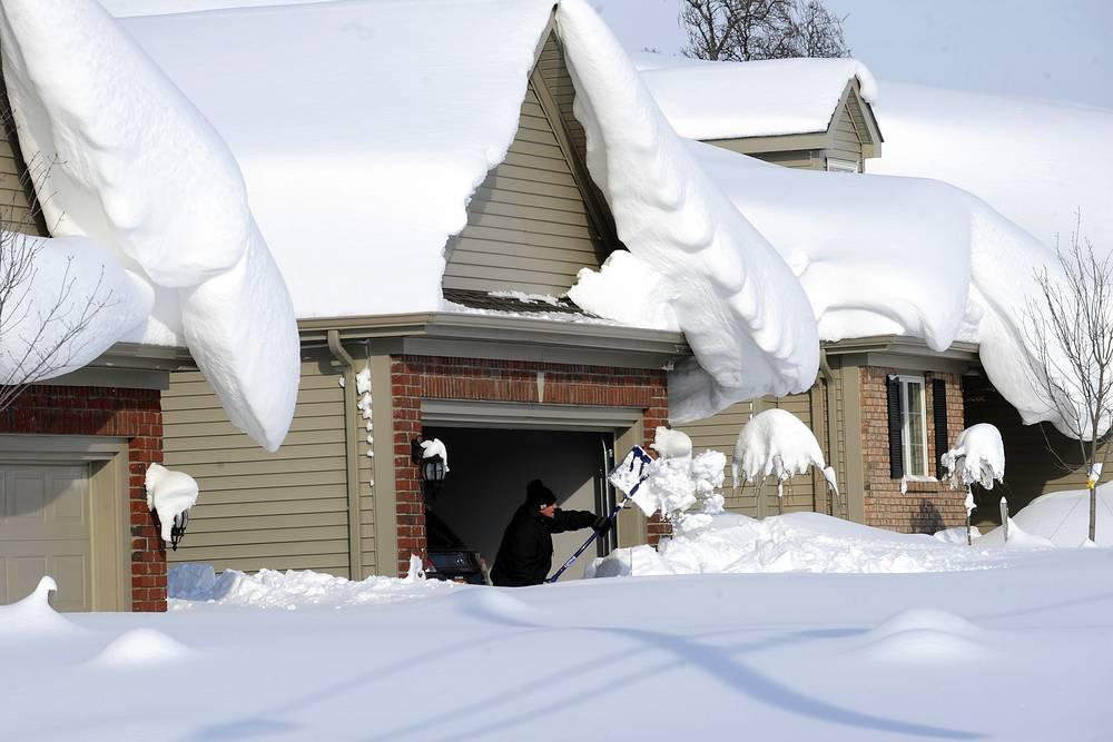 Сугробы вокруг домов в Ланкастере, штат Нью-Йорк