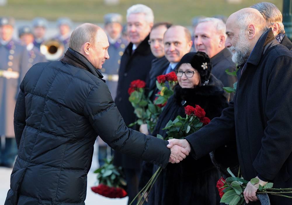 Президент России Владимир Путин и скульптор Салават Щербаков