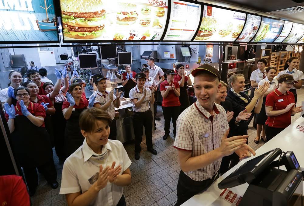 19 ноября на Пушкинской площади в Москве после трехмесячного перерыва вновь открылся первый в стране ресторан McDonald's