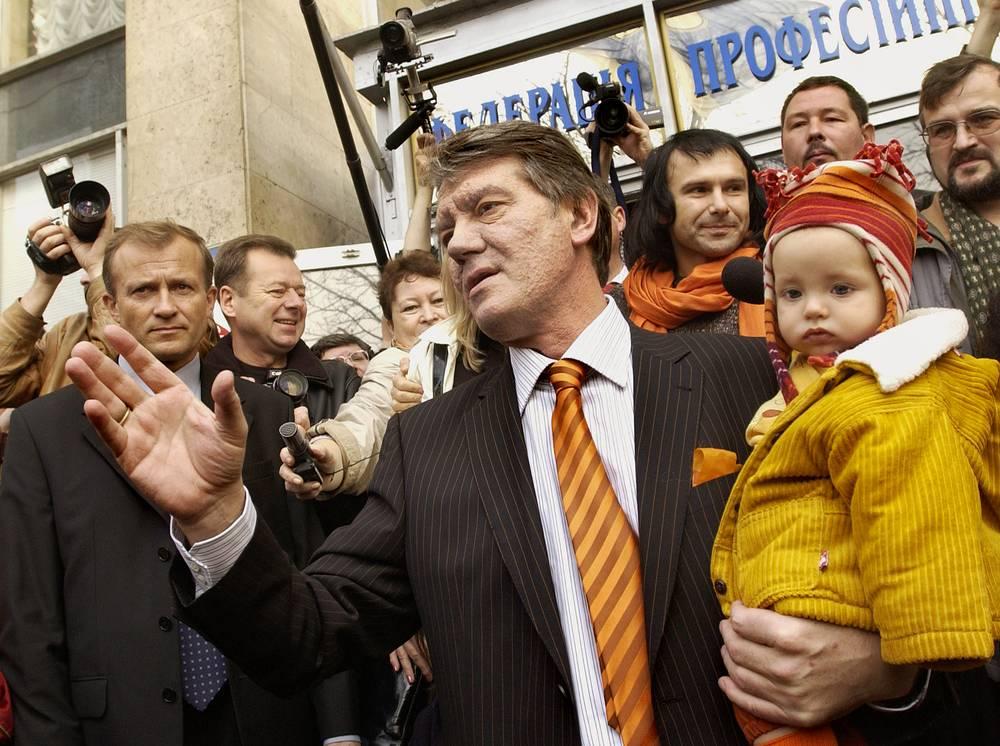 По итогам голосования кандидат от оппозиции Виктор Ющенко получил 39,9% голосов. На фото: Виктор Ющенко на избирательном участке вместе с семьей, 31 октября 2004 года