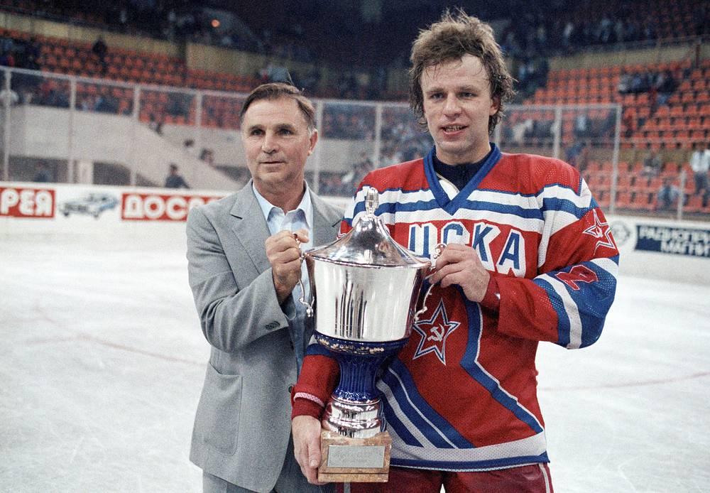 Виктор Тихонов и Вячеслав Фетисов с кубком СССР по хоккею. 1989 год