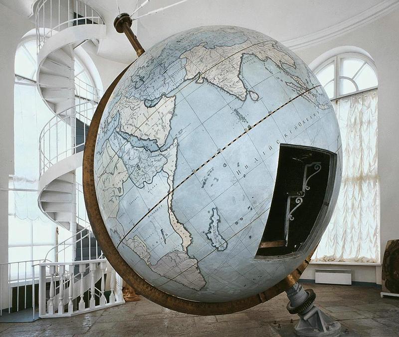 Готторпский глобус является один из первых экспонатов Кунсткамеры( с 1726 года)