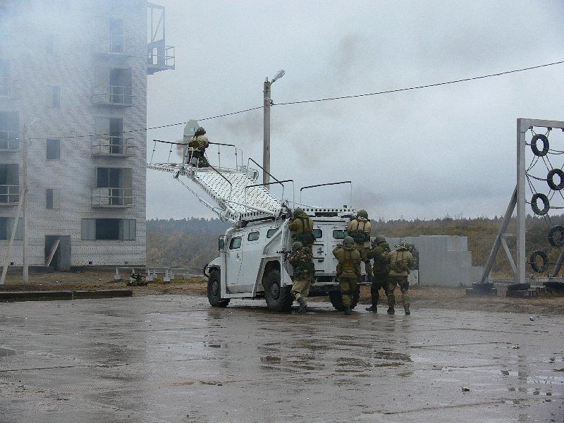 """Штурмовой разградительно-заградительный спецавтомобиль """"Абаим-Абанат"""" для преодоления препятствий и проникновения в здание. Изготовлен на базе модификации """"Тигра"""" ГАЗ-233034 (СПМ-1) для проникновения боевой группы в здания на уровне второго и третьего этажей. Имеет штурмовую лестницу (трап), управляемую из кабины водителя специальным пультом, а также три штурмовых щита, устанавливаемые на окончание штурмовой лестницы"""