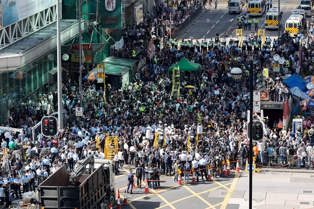 Под этими лозунгами студенты инициировали массовые демонстрации, пик которых пришелся на первую неделю октября, когда на улицы выходили десятки тысяч жителей