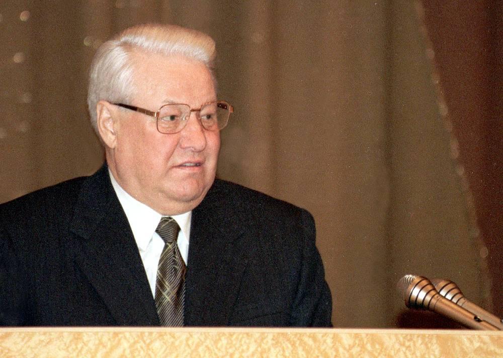 """Спустя год, в марте 1999 года, Ельцин признает: всего за несколько месяцев резко изменилась экономическая ситуация. """"Нас поразил тяжелейший шок второй половины 1998 года"""", - сказал президент. Финансовый взрыв 1998 года напрямую связан как с тяжестью перехода от плановой социалистической экономики к экономике рыночной, так и с ошибками, сделанными на этом пути, резюмировал Ельцин. На фото: 30 марта 1999 года"""