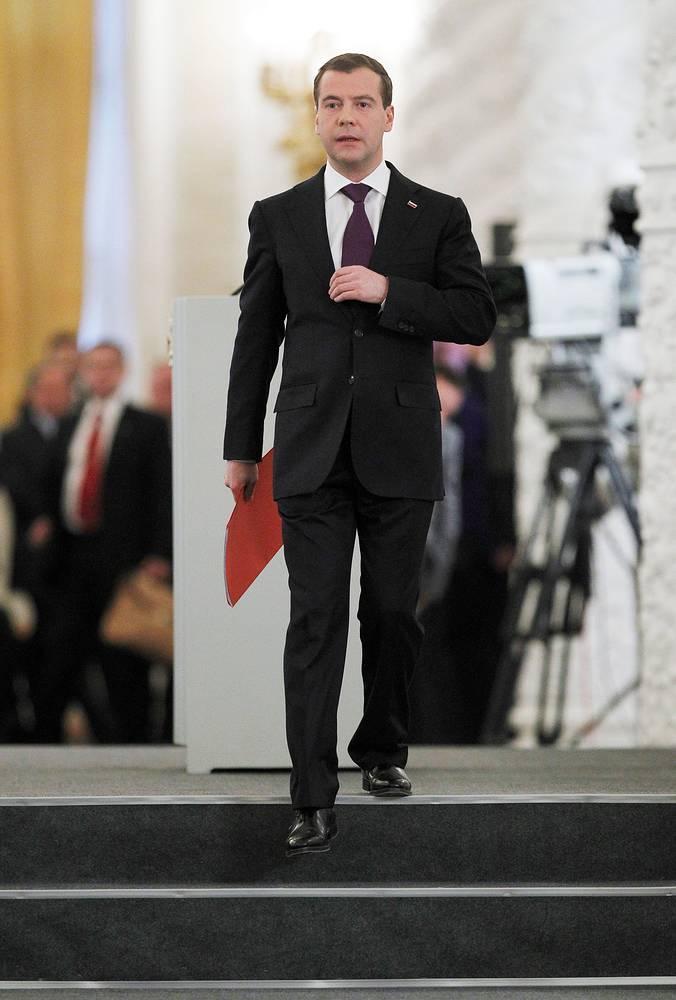 """Обычно послание президента готовится в закрытом режиме. В 2010 году Медведев заранее опубликовал концепцию этого документа в статье """"Россия, вперед!"""". Главными темами обращения к парламенту стали поддержка семей, модернизация страны, изменения в политической и правовой системе. На фото: Медведев после обращения к Федеральному собранию в Георгиевском зале Кремля, 30 ноября 2010 года"""