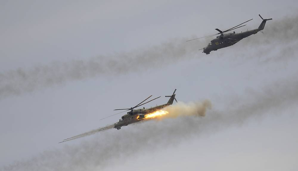 Вооружение Ми-24: встроенное и подвесное стрелково-пушечное (в зависимости от модификации); управляемое и неуправляемое ракетное; бомбовое. Вертолеты Ми-24 на учениях российских ВВС и частей ПВО, полигон Ашулук, 2014 год