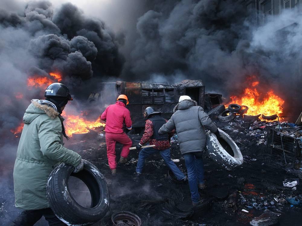 23 января. На месте массовых беспорядков на улице Грушевского в Киеве. Днем ранее в районе проведения митингов в центре города, по данным СМИ, погибли трое митингующих. Они были найдены с огнестрельными ранениями