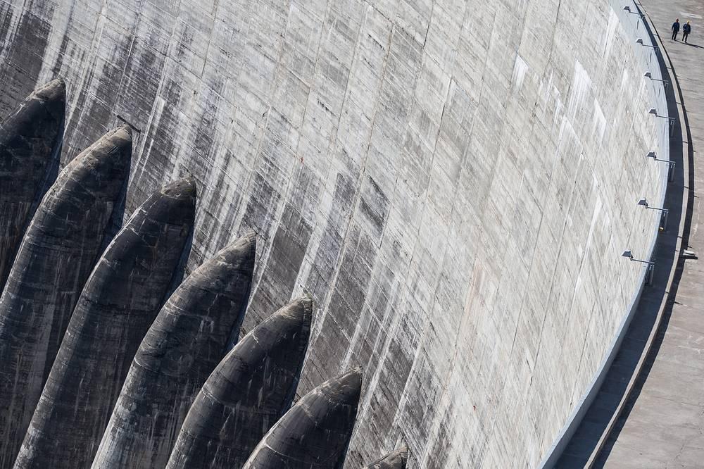 13 августа. Фрагмент плотины Саяно-Шушенской ГЭС, Хакасия