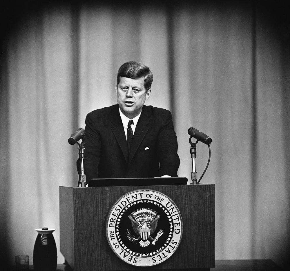 22 октября 1962 года начался Карибский кризис - один из самых острых эпизодов холодной войны. В этот день президент США Джон Кеннеди в обращении к нации (на фото) объявил о наличии советского ядерного оружия на Кубе и о решении блокировать остров военно-морскими силами США