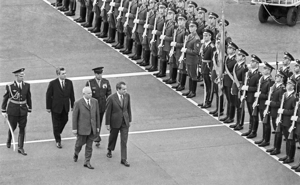 С 22 по 30 мая 1972 года Советский Союз с официальным визитом посетил президент США Ричард Никсон. Это был первый визит действующего президента США в Москву в послевоенный период. На фото: председатель президиума Верховного Совета СССР Николай Подгорный и Ричард Никсон во время встречи в аэропорту Внуково, 1972 год