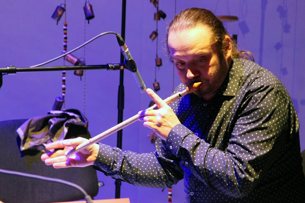 Виталий Владимиров с музыкальным инструментом футуяра