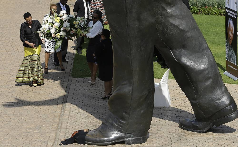 5 декабря в ЮАР вспоминают Нельсона Манделу в первую годовщину со дня его смерти. На фото: вдова Нельсона Манделы Граса Машел возле статуи Нельсона Манделы в Претории