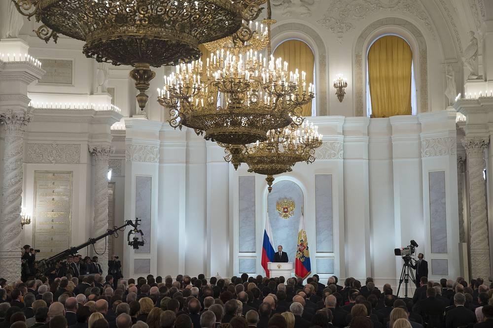 """В 2014 году Владимир Путин обратился с ежегодным посланием к Федеральному собранию 4 декабря. Президент заявил о том, что Крым имеет для России """"сакральное значение"""", выступил за экономическую либерализацию, амнистию офшоров, призвал заморозить повышение налогов на четыре года и заверил, что РФ не будет втягиваться в гонку вооружений"""