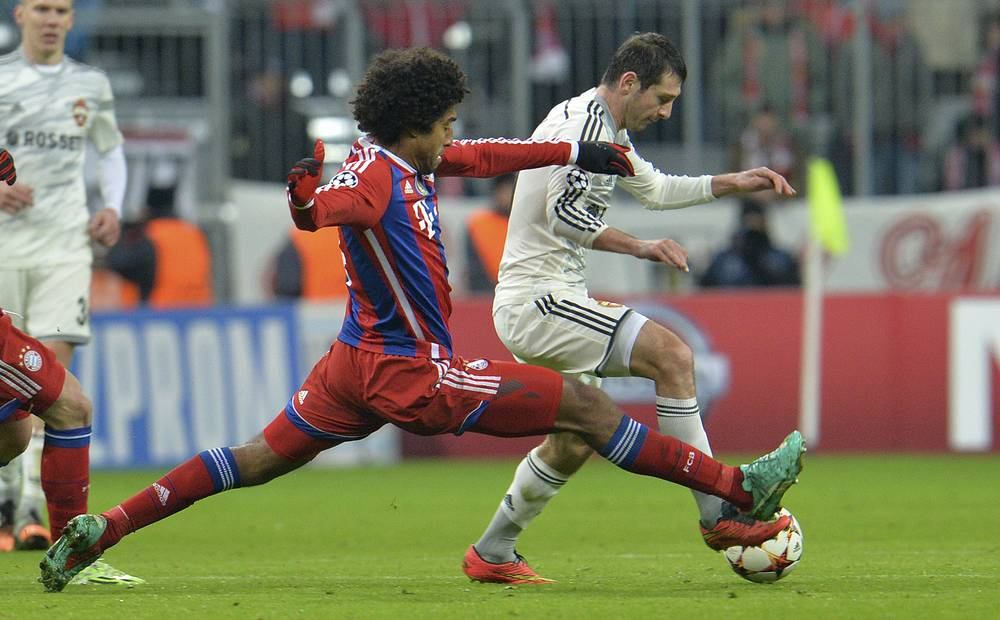 Защитник немецкой команды Данте против полузащитника армейцев Алана Дзагоева