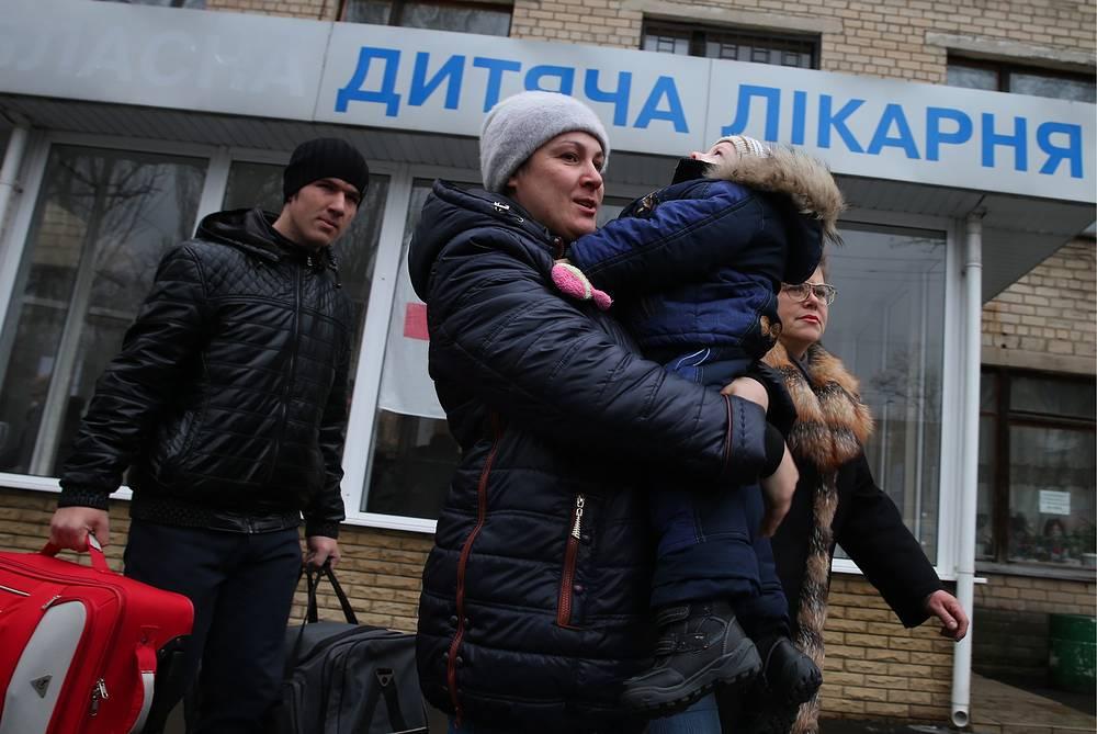 Родители с ребенком у детской областной клинической больницы Донецка
