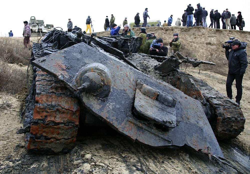 Подъем из реки Добрая танка Т-34, участвовавшего в Сталинградской битве (июль 1942 - февраль 1943), Волгоградская область, 2011 год