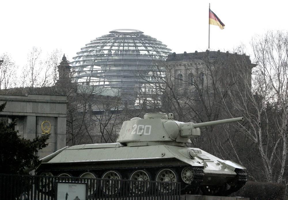Танки Т-34 установлены в разных странах как памятники и музейные экспонаты. На фото: мемориал советским воинам у Рейхстага, Берлин, 2008 год