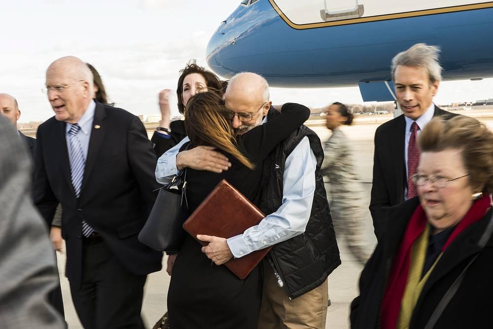 17 декабря президент США Барак Обама объявил о намерении нормализовать отношения с Кубой. Он признал, что прежняя политика Вашингтона, направленная на изоляцию островного государства, не принесла результатов. Пересмотр внешнеполитического курса Белого дома стал возможен после того, как кубинские власти приняли решение освободить американца Алана Гросса (на фото в центре), задержанного в 2009 году за незаконный ввоз на остров телекоммуникационного оборудования