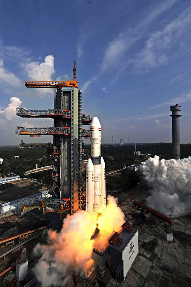 Индия впервые запустила ракету-носитель, которая может выводить на геостационарную орбиту тяжелые спутники весом до 4 тонн. В качестве полезной нагрузки GSLV Mark-III несла прототип спускаемого аппарата пилотируемого космического корабля. Аппарат весом более 3,5 тонны был выведен на определенную высоту, отделился от ракеты и приземлился при помощи парашютов в Бенгальском заливе. На фото: пуск ракеты GSLV Mark-III с космодрома на острове Шрихарикота, 18 декабря