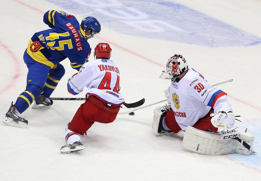 Шведский форвард Оскар Меллер в атаке на ворота сборной России