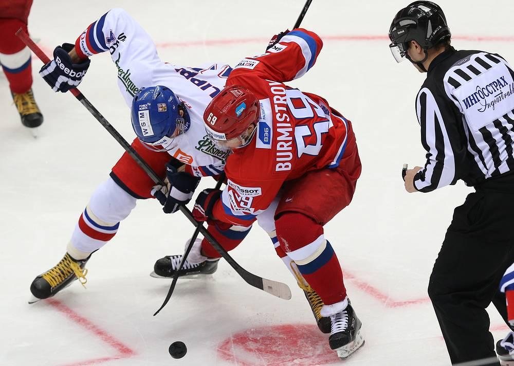 Вбрасывание в матче Россия - Чехия