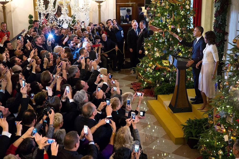 Президент США Барак Обама с первой леди Мишель Обамой на праздничном рождественском приеме в Белом доме, 2013 год