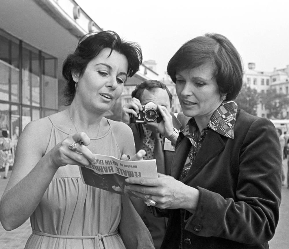 Турецкая актриса Фатма Гирик (слева) и Наталья Фатеева на X Московском международном кинофестивале, 1977 год