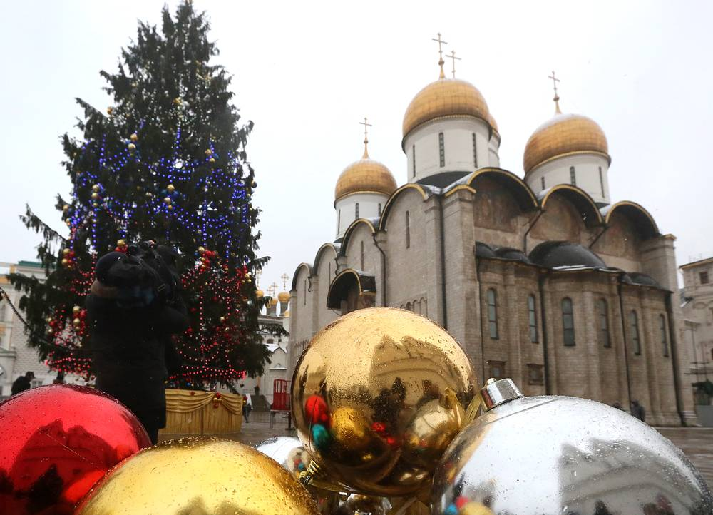 Елка наряжена шарами цветов российского триколора. В верхней части - бело-золотые, в средней - сине-золотые, в нижней - красно-золотые. Подсвечивает елку гирлянда длиной 1,5 км со светодиодными энергосберегающими лампами