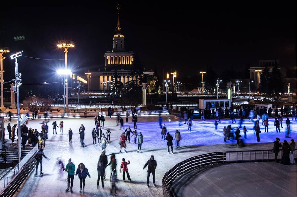 Горожане на самом большом в мире искусственном катке. Москва, ВДНХ
