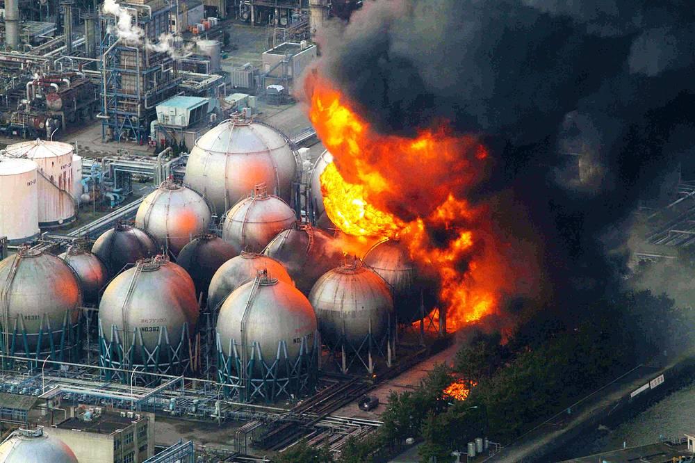 Повреждения получили более 150 тыс. зданий, более 18 тыс. были уничтожены, на месте разрушения осталось 25 млн тонн обломков. На фото: нефтеперерабатывающий завод, префектура Тиба