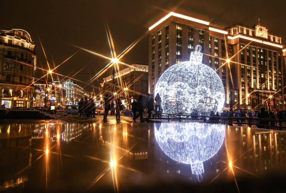 Елочный шар гигантского размера на Манежной площади, который состоит из 9,5 км светодиодных гирлянд и претендует на место в Книге рекордов Гиннесса