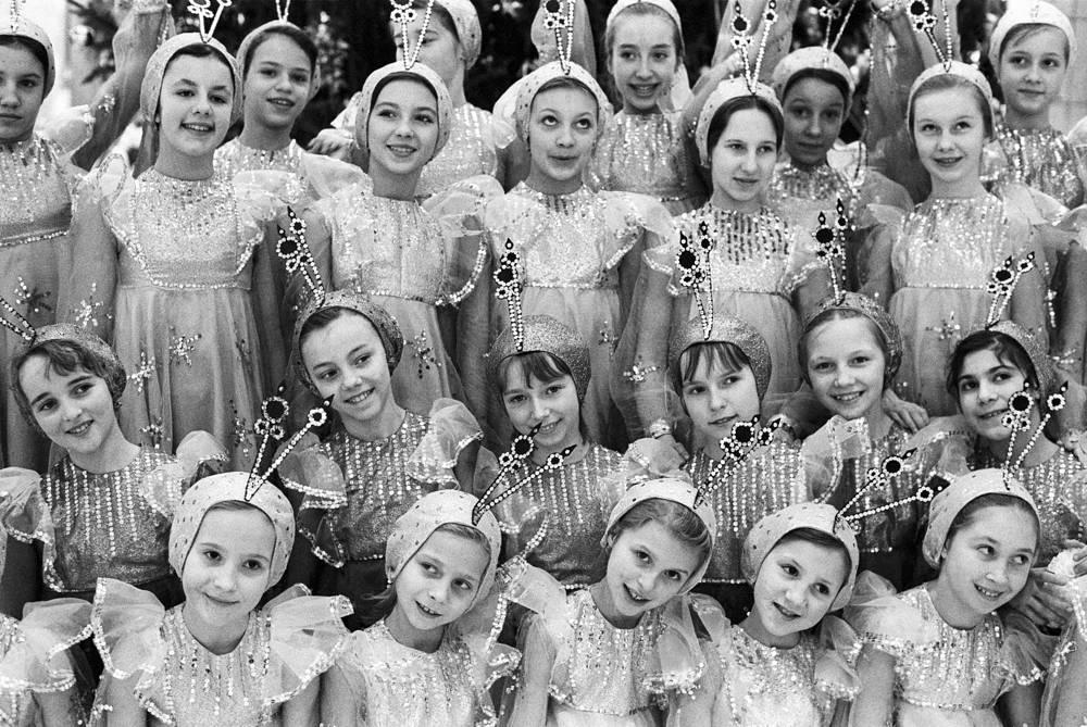 """Премьера представления """"Сказка о волшебной минутке"""" в Кремлевском дворце съездов, выступает хореографический ансамбль """"Юный москвич"""", Москва, 1981 год"""