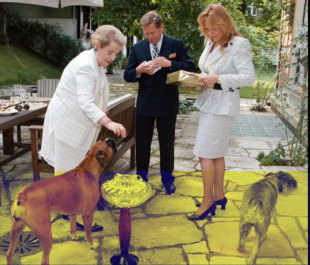 Госсекретарь США Мадлен Олбрайт играет с собаками президента Чехии Вацлава Гавела и его жены (справа), 1997 год