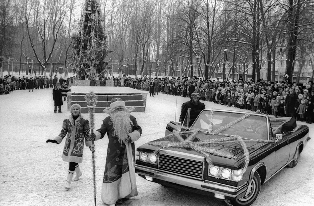Новогоднее представление у Дворца культуры ЗИЛа в Москве, 1987 год